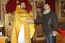 BOŽÍ HOD včera oslavila i na Rokycansku část pravoslavných věřících. Pozdravení od kněze Davida Dudáše v rokycanském chrámu Nejsvětější Trojice přebírá Eduard Stavila z Moldávie.
