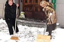 Milena Nová a Jana Svobodová (na snímku) musely vystřídat v odklízení kolegy, kteří měli dovolenou.  Ideální by v budoucnu podle nich bylo zaměstnat na tuto činnost lidi, kteří dlouhodobě pobírají sociální dávky.