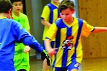 Režie sobotního turnaje fotbalových nadějí v hale rokycanského gymnázia vyšla dokonale. O prvenství si to v přímém souboji rozdali domácí Kohouti (u míče) a SK Petřín.