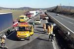 Na dálnici D5 u Rokycan se čelně střetla dvě osobní auta.
