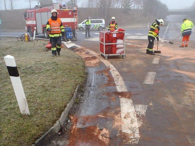 K NEHODĚ OSOBNÍHO automobilu a kamionu vyjížděli profesionální hasiči Komenského ulice. U sjezdu na Rokycany tak odklízeli pomocí sto kila sorbentu uniklé provozní kapaliny.