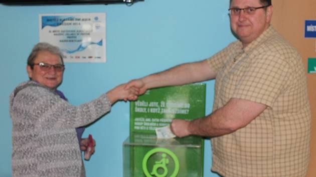 Zapečetění kasičky realizovali první místostarosta Tomáš Rada a koordinátorka veřejné sbírky Alena Fellerová.