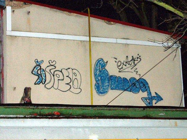 Rokycanský fotbalový areál v Husových sadech se rozhodli vylepšit dva školáci. Tenhle výtvor namalovali na boku tribuny.