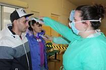 Prověrka teploty příchozích do nemocnice v Rokycanech
