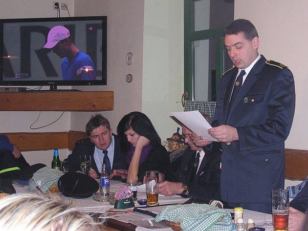 VÝROČNÍ VALNÁ HROMADA okrsku číslo tři se uskutečnila v sobotu U Kozlerů v Mirošově. Michal Liška (zleva) četl přítomným svou zprávu velitele. Dále jsou na snímku zachycení Vladimír Sazima, Štěpka Týcová a preventista Marek Sýkora.