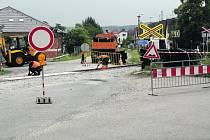 PŘEJEZD U KOVOHUTÍ v okresním městě má od včerejška červenou. Opět zde probíhá rekonstrukce. Znovu průjezdný bude během zítřejšího dne. Vlaky na Mirošov se rozjedou 17. června.