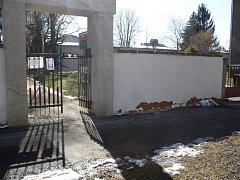 Zdi kolem kostela Nejsvětější Trojice začala opadávat omítka. Problém už řeší město i firma, jež úpravu prováděla.