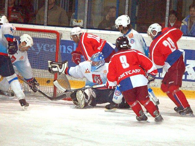 Rokycanští druholigoví hokejisté HC DAG (v červeném jsou s devítkou Pouska, s číslem 24 Kreuzman a s třináctkou Pavlis) odstartují v neděli večer v Jindřichově Hradci druhou část II. NHL.