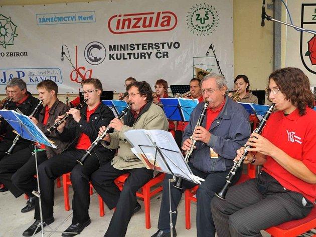 V proluce na zbirožském Masarykově náměstí  se během soboty a nedělo vystřídaly desítky muzikantů.