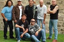 Extra Band revival vystoupí v Radnicích v plné sestavě. Na jevišti se představí všech sedm muzikantů. Koncert věnovali desetiletému výročí založení kapely.