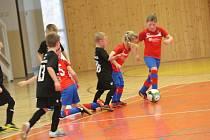Hala gymnázia patří během zimních víkendů malým fotbalistů. Minule tu kopala kategorie U7.