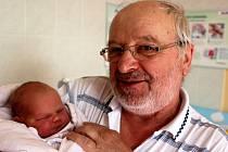 KATEŘINA ŠVECOVÁ z Rokycan se narodila 26. února. Narodila se ve 22 hodin a 34 minut jako druhé dítě manželů Libuše a Václava. Doma se na miminko těší tříletá Maruška. Kateřina vážila 3770 g,47 cm. V náruči jí chová dědeček Jan Jonák.
