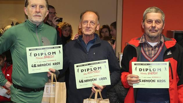 KORYTÁROVO DALŠÍ ZLATO. Ve skupině nad 60 let dominoval Ján Korytár z Rokycan. Vlevo je druhý Miloslav Brabec a vpravo Antonín Ungr z Kozojed.