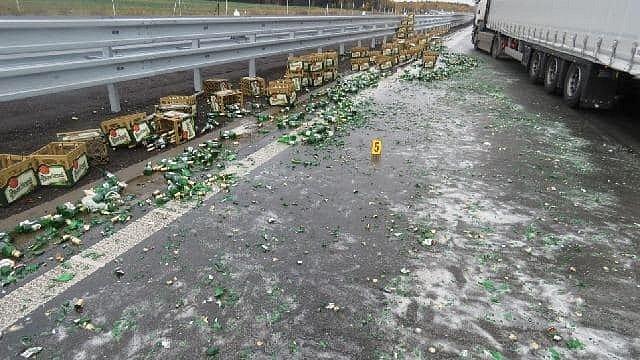 Na D5 se z náklaďáku vysypaly přepravky s pivem