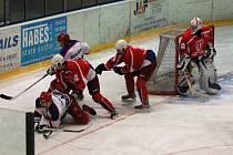 Hokejisté HC DAG Rokycany (v tmavém) jsou opět na prvním místě průběžné tabulky druholigové skupiny západ. V minulém utkání porazili Kobru Praha 5:3.