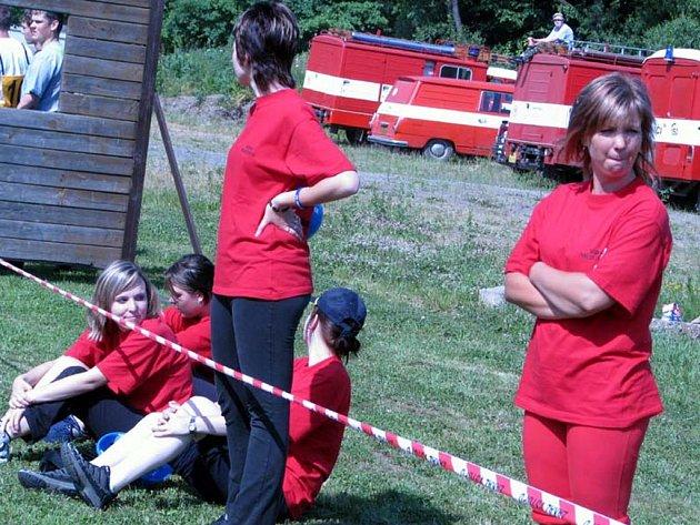 V Holoubkově závodili v sobotu dobrovolní hasiči. Družstvo žen sestavili i Mlečičtí a děvčata (na snímku) s napětím sledovala běh jednotlivců na sto metrů s překážkami. V soutěži pak skončily Mlečice druhé.