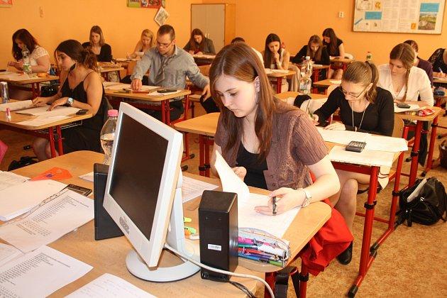 Budoucí ekonomové ze Střední odborné školy v Rokycanech měli včera napilno. Skládali praktickou maturitní zkoušku. Týkala se i Šárky Novákové, Adriany Strnadové, Terezy Tesařové, Diany Giňové, Jakuba Berana a dalších.