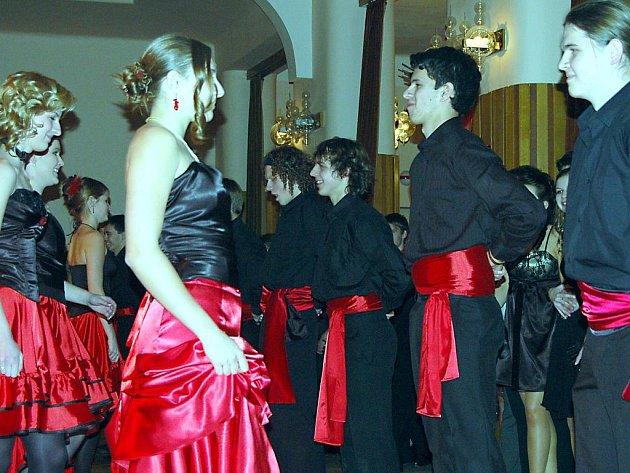 Ve velkém sále rokycanské sokolovny plesali na sklonku týdne mladí muži a ženy ze 4. C zdejšího gymnázia.