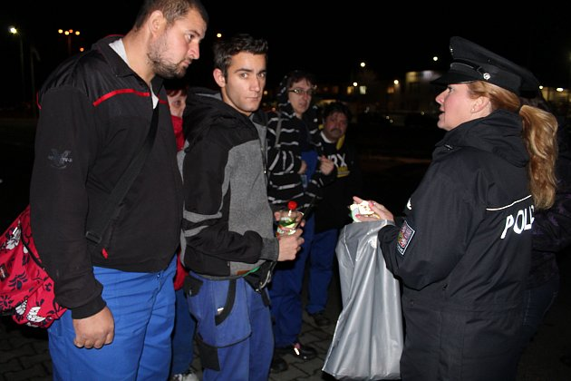 VČERA SE SVÍTÁNÍM vyrazila rokycanská policejní mluvčí Hana Kroftová (na snímku) společně s kolegy mezi Svojkovice a Volduchy.