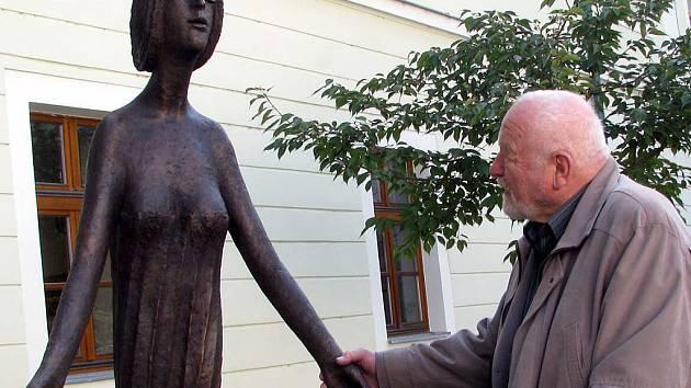 Nová socha Olbrama Zoubka od čtvrtka zdobí Rokycany.