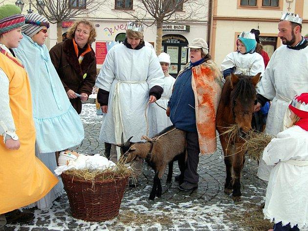 Tři králové si v sobotu přišli pro požehnání do rokycanského chrámu Panny Marie Sněžné. Páter Jaroslav Hůlle jim při týdenní misi popřál vše nejlepší a přívětivé spoluobčany.