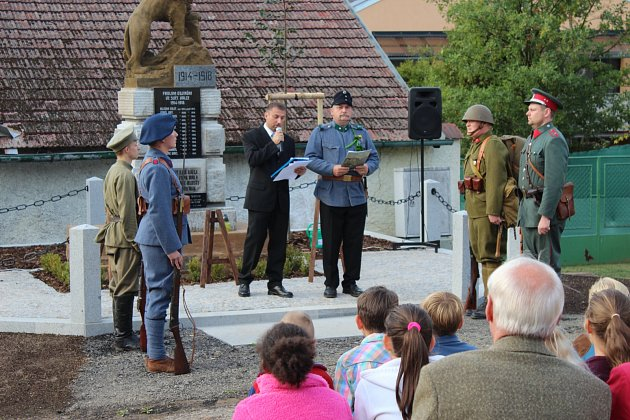 MÍSTOSTAROSTA VŠENIC Martin Dobrý zahajoval v doprovodu obecních četníků z Dobřan a zástupců legionářů třídenní oslavy 900. narozenin obce.