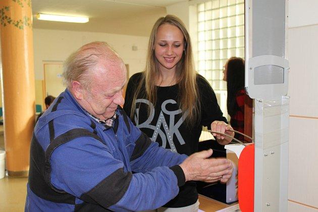 MARIE GABOROVÁ sledovala při včerejší osvětové akci ve vestibulu  rokycanské nemocnice jednoho ze zájemců.  Správné mytí rukou přibližovaly i další studentky zdravotnické školy v Plzni Martina Živná a Adéla Melechová.