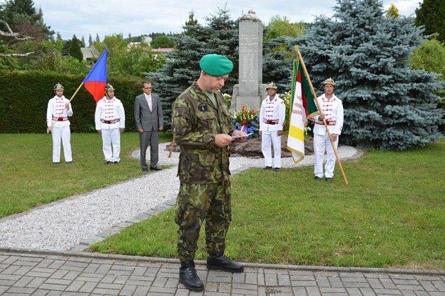Čestnou stráž tvořili při pietním aktu v Bušovicích místní hasiči v dobových uniformách.