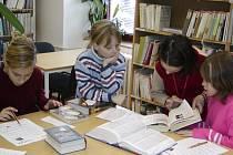 Odpovědi na otázky v soutěži Malý knihovník hledaly děti ve studovně. Pavla Koucká, Verunka Vávrová, Petra Koucká a Jiřinka Kyselá (zleva) si vedly na jedničku.