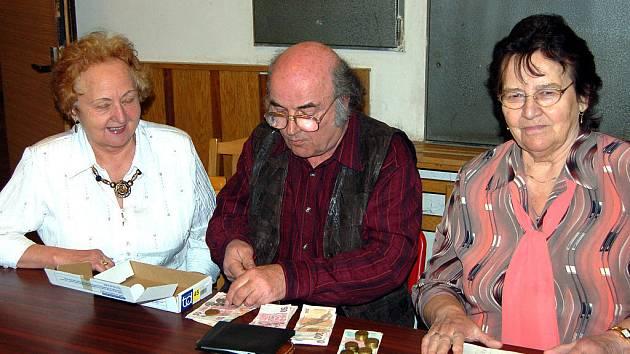 Vybírání členských poplatků na tento rok se ujali Věra Kahovcová (zleva), Jindřich Vokáč a Jaroslava Krákorová.