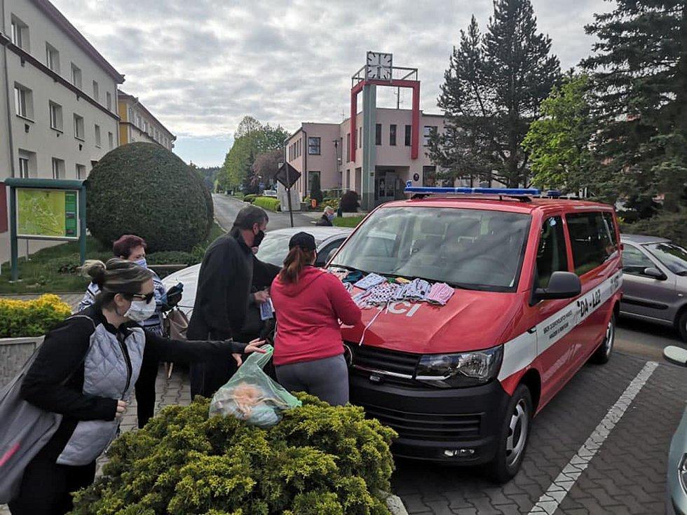 Roušky od hasičů byly v Hrádku zdarma