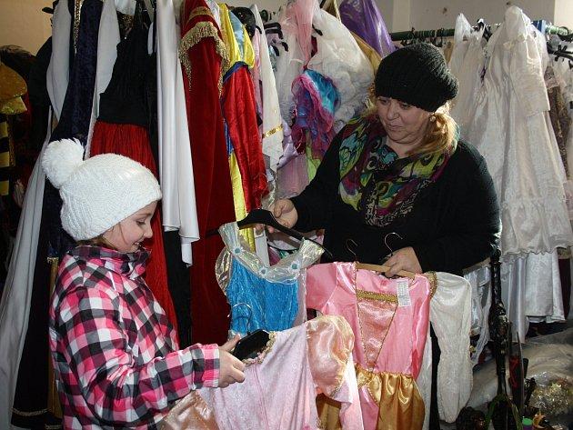 RENATA NEČASOVÁ má svůj krámek za sokolovnou v okresním městě. V současné době má plné ruce práce se zákazníky. Maškarní bály jsou totiž v plném proudu.