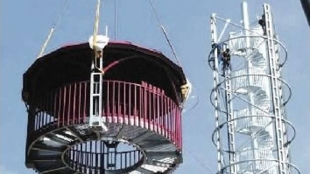 POZOROVATELNA na vrcholu Kotle je instalována. První návštěvníci se na Rokycany i dál podívají 10. května.