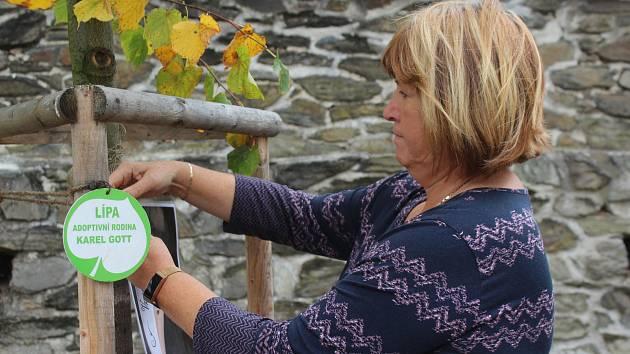Pietní místo vzniklo v centru Újezdu u Svatého Kříže. Gottovu fotografii připevnila starostka Alena Manková k lípě, o kterou se starala umělcova rodina.
