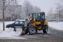 Obrázek byl stejný po celém Rokycansku. Další sněhový příděl mizel za pomoci techniky. Snímek je z parkoviště nákupního centra v rokycanské Plzeňské ulici.