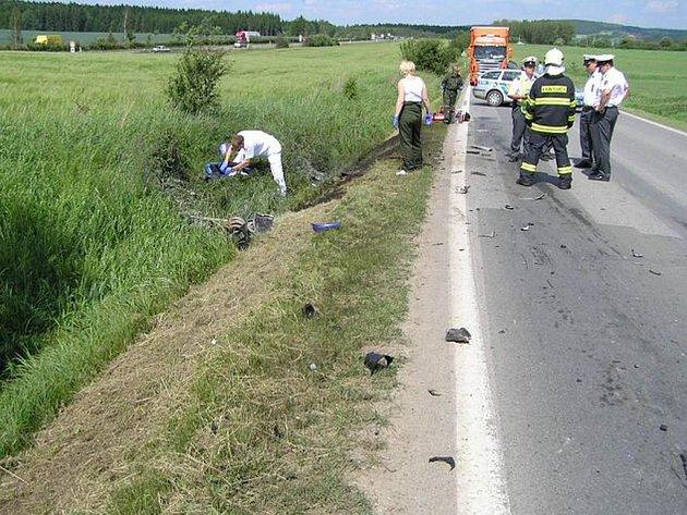 V zatáčce motocyklista nepřizpůsobil rychlost a střetl se s protijedoucím nákladním vozidlem. Zraněním na místě události podlehl.