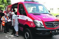 Položku po položce důkladně kontroloval dobřívský starosta Jiří Ondřejíček (ve  výstražné vestě) při přebírání nového hasičského vozu Mercedes Sprinter.