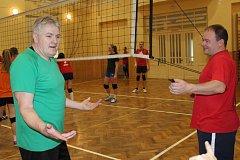 MARTIN HANZELÍN (vpravo) rozhoduje republikové soutěže ve volejbalu. Vypomohl při turnaji v Mirošově a takhle musel vysvětlovat pravidla Zajíčkovi z družstva Velbloudi.
