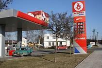 Stojany s cenami benzinu atakující hranici šestatřiceti korun mnoho  řidičů k tankování nenaláká.