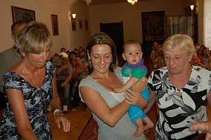 Malý Joshua Adam Kőstel dorazil ve středečním podvečeru do obřadní síně rokycanské radnice s maminkou i babičkou.  Obě ženy se pod dohledem matrikářky Nadi Šilhavé zvěčnily do pamětní knihy.