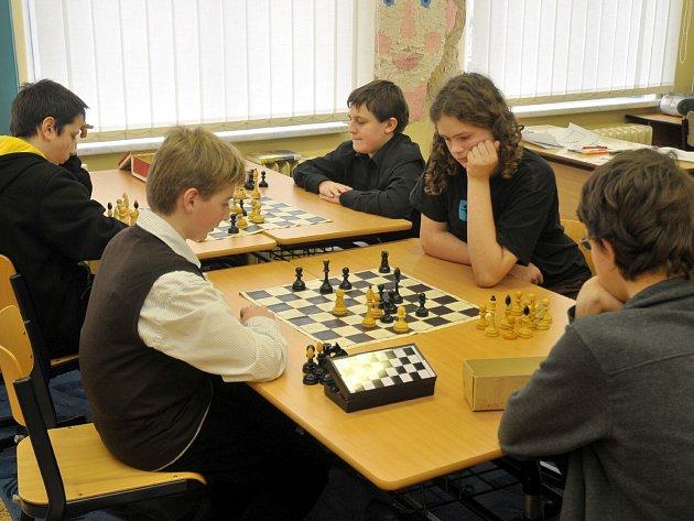 Šachová partie se týkala pětice kluků, jmenovitě Vojty Krýsla, Filipa Krtila a Karla Vráblíka (zleva a zády k nám). Těm byli soupeři Michal Zrcek a Marek Matouš. (zleva).