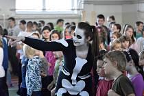 NA HALLOWEEN nezapomněli ani v Hrádku. Žáci ze všech tříd se tam účastnili stylového dopoledne bez učení. Na 14 stanovištích plnili zadané úkoly, které byly hodnocené na samostatných bodovacích lístcích.