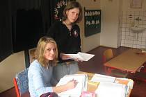 Do projektu Den naruby se zapojily také Monika Pleskotová a Dana Marinčová (na snímku), které se pustily do výuky matematiky ve 2. A.