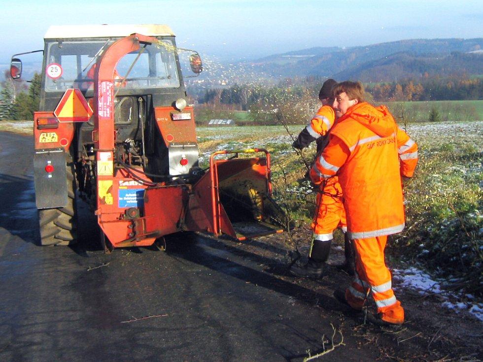 Minulý týden začali silničáři mezi Bušovicemi a Sedleckem s kácením starých jabloní a hrušní. Do konce roku je nahradí nová výsadba.