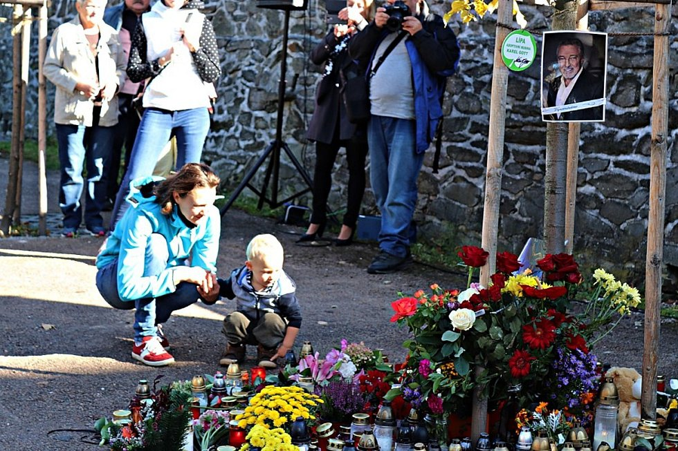 Rozloučení s Karlem Gottem v Újezdu u Svatého kříže