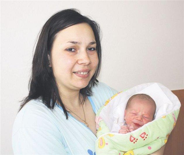 David VÝBORNÝ z Rokycan se narodil 9. května ve 14 hodin a 43 minut. Manželé Monika a Ivan znali pohlaví svého druhého dítěte dopředu. Doma na maminku a malého brášku čeká prvorozená Elen (2 roky). Davídek přišel na svět s mírami 3670 gramů a 51 cm. Tatín