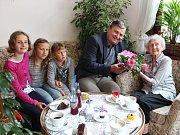 Boženě Paulíkové, která je na snímku s triem nejmladších potomků, poblahopřál k 95. narozeninám také starosta Rokycan Václav Kočí.