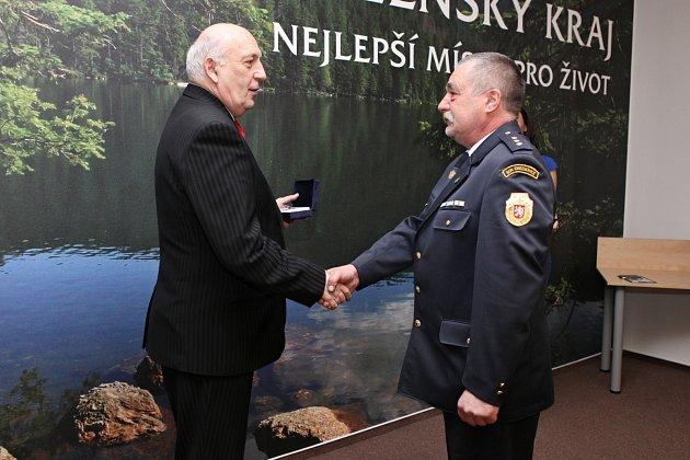 HEJTMAN PLZEŇSKÉHO KRAJE Václav Šlajs včera ocenil velitele sboru dobrovolných hasičů v Cheznovicích Aloise Stupku za záchranu života.