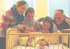 Tereza PAULOVÁ z Rokycan se narodila 28. listopadu.Maminka Simona Horešovská a tatínek Patrik Paul věděli dopředu, že jejich první dítě bude holčička. Malá Terezka vážila při narození 2840 gramů. Na snímku jsou maminky Simony i její strýc a prarodiče.