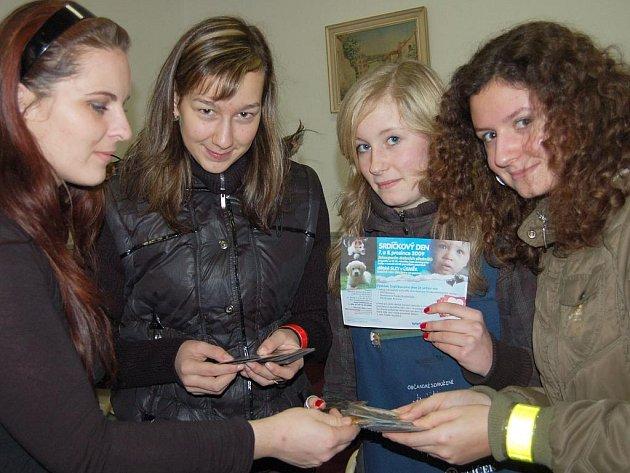 Anička Trhlíková, Eliška Čadová i Bára Neckářová (zprava) z 1. B rokycanského gymnázia se v pondělí zapojily do prodeje drobných pozorností v rámci sbírky život dětem .